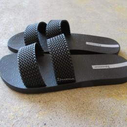 PVCでつくられたサンダルは(意外にも!?)やわらかで足馴染みも良いですよ。