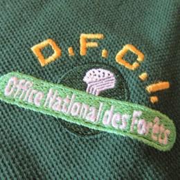 ひだり胸のロゴマークは森林のイメージでしょうか?。 (・・通称「D.F.C.I.」と言うそうです。)