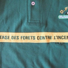 胸のイエローラインには「DEFENSE DES FORETS CONTRE L'INCENDIE 」の文字が(誇らしげに!)入ってます。
