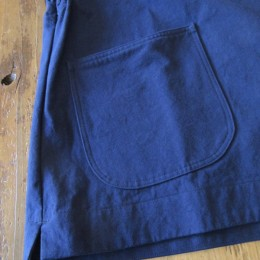 サイドには大きなパッチポケットが(あと、スリットも!)付いてます。