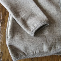 袖や裾はこんな感じです。(袖もパイピングになってますよ。)