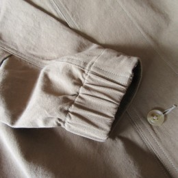 袖には(うしろのみ)ゴムが入ってますよ。