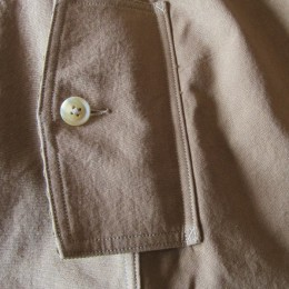 サイドポケットに付いたフラップも、