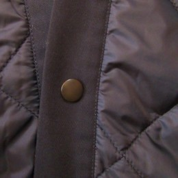 フロントにはスナップボタンがひとつ(だけ?)のシンプルなデザインです。