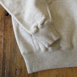「きゅっ」と締まった袖や裾のリブ具合も(クルーネック同様!)いい感じです。