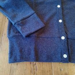 袖口や裾に入った太めの切替えがポイントになってますよ。