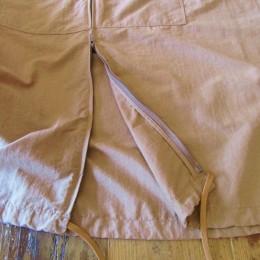 裾のドローコードを絞って着るとまたシルエットも変わっていい感じなんです!。(あと「ダブルZIP」になってますよ。)