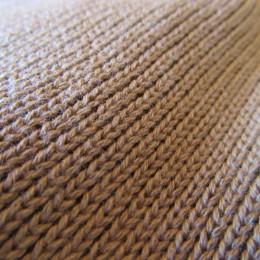 細かなリブ編みで被り心地も良いですよ。