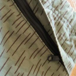 みぎ側にはZIPポケットがひとつ付いてますよ。