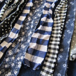 こちらにはブルー系のリボンたちが縫い付けられています。