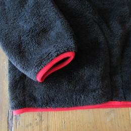 袖口や裾もパイピングになってます。(あと、両サイドにもポケットが付いてますよ。)