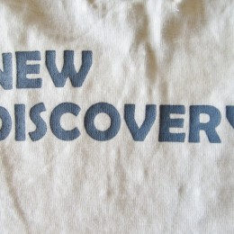 「NEW DISCOVERY」のプリントが入ってますよ。