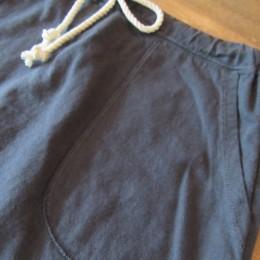 サイドには大きめのパッチポケットが付いてます。