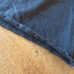 裾の部分は切りっぱなしの仕様になってますよ。