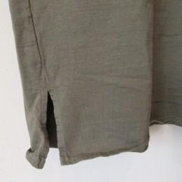 裾の部分には両サイドにスリットも入ってます。