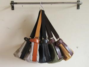 ひだりから:col/beige (black leather), gray (camel leather), night black (black leather), olive (choco leather), gold (choco leather) になります。