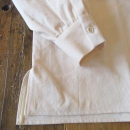 袖や裾はこんな感じです。(両サイドにはスリットが入ってます。)