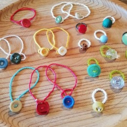 かわいい指輪やブレスレットが並びますよ~!。