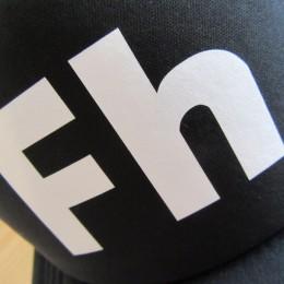 フロントのロゴはこんな感じです。(今回は「圧着プリント」になってます。)