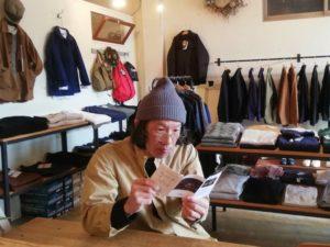 モデル:歴史の勉強(老眼鏡のピント合わせ?)中の、店主/ GRAY着用