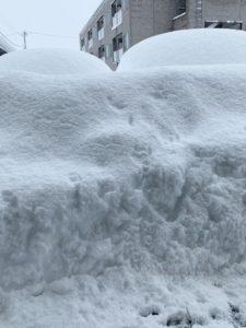 とうさん、お向かいの車の屋根に降り積もった雪がゆうに2mを超えています・・。もう、つぶれそうですよ、とうさん。