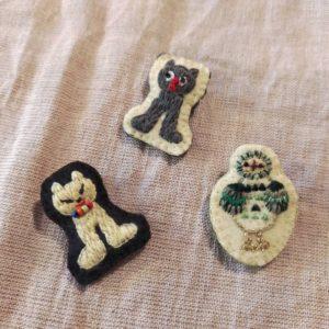 ひだりから(時計まわりで)cat (yellow), cat (gray), owl (green) になります。