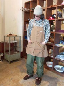 モデル:フローリスト「派卯泥」(調?)の、店主 172cm,57kg/BEIGE 着用