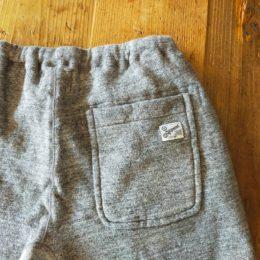 両サイドのスリットポケットと、うしろにもパッチポケットが付いてます。