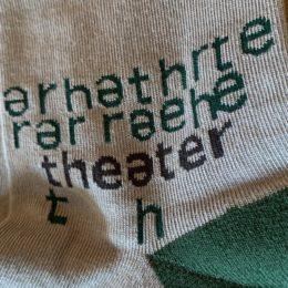 ランダムな文字の中に「theater」が隠れてますよ。