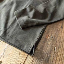 袖口や裾はこんな感じになります。(裾にはスリットが入ってますよ。)
