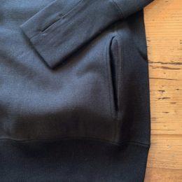 サイドには「ハンドウォーマーポケット」、袖リブには「フィンガーホール」が付いてます。